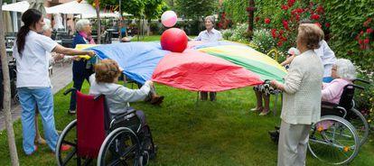 Un grupo de personas mayores realiza actividades en el patio de la residencia Sanyres Córdoba Centro.