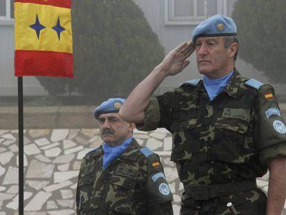 El general Alberto Asarta, a la derecha, en una imagen de 2012 tomada en Marjayún (Líbano).