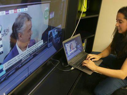 La investigadora Ana Domínguez mostrando el interface que permite a cada televidente ser su propio productor.