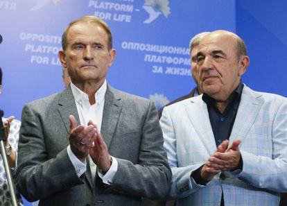 El oligarca y uno de los líderes del partido prorruso Plataforma Opositora - Por la Vida, Viktor Medvedchuk (izquierda) y Rabinovich, el domingo en su sede electoral en Kiev.