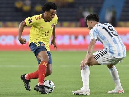 Cuadrado enfrenta a Nicolás González durante el partido de eliminatorias entre Colombia y Argentina, el pasado 8 de junio.