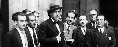 Gregorio Marañón, con periodistas, sale del Palacio Real durante la crisis política de junio de 1933.
