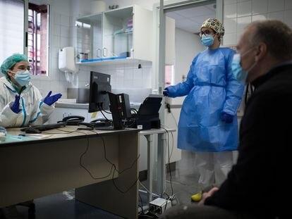Dos sanitarias atienden a un paciente en un centro de salud de Sabadell el pasado enero