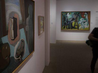 A la izquierda, 'El jarrón que tuvo flores' (1926), de Peinado, y 'El pintor y la modelo' (1963), de Picasso, en la exposición que reúne la obra de ambos artistas en Sevilla.