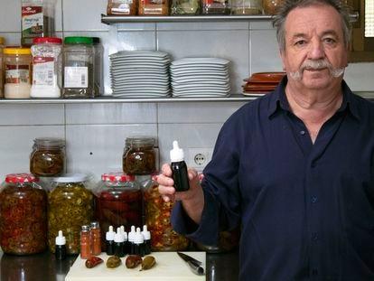Don Diego Mancera con su concentrado de chile especial, un aderezo que ha mandado a más de uno al hospital.