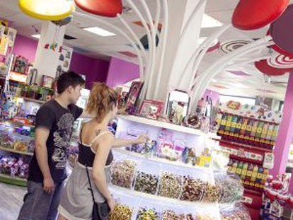 Estante de caramelos en la tienda Be Sweet.