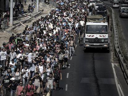 Tras varios días atrapados en la estación de Keleti (Budapest), miles de personas emprendieron camino a pie hacia Alemania, mientras el Gobierno húngaro se negaba a reanudar el tráfico ferroviario hacia el centro de Europa, a pesar de que Merkel se ofrecía a acoger a los refugiados en su territorio. Esta imagen fue tomada en septiembre de 2015.