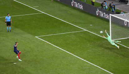 El portero suizo Sommer detiene a Mbappé el penalti decisivo en octavos.