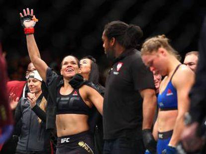 Amanda Nunes levanta el brazo ante una derrotada Ronda Rousey. Fue el pasado 30 de diciembre.