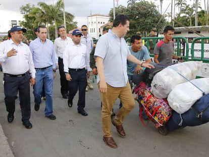 El vicepresidente del Banco Mundial, Jorge Familiar (segundo por la izquierda), durante su visita a Cúcuta.