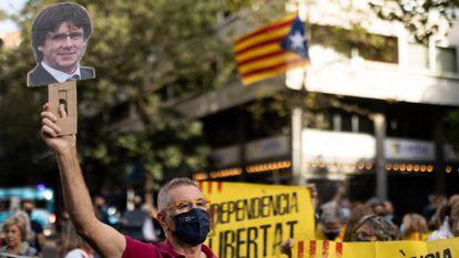 Concentración en las proximidades del consulado Italiano en Barcelona, en protesta por la detención de Carles Puigdemont en Cerdeña.