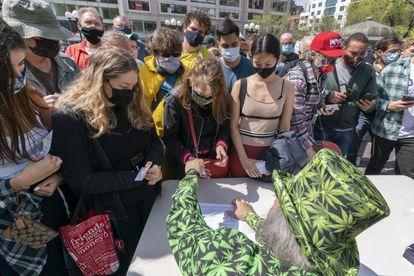 Un activista de Joints for Jabs reparte cigarrillos de marihuana en Nueva York a los vacunados, el 20 de abril.