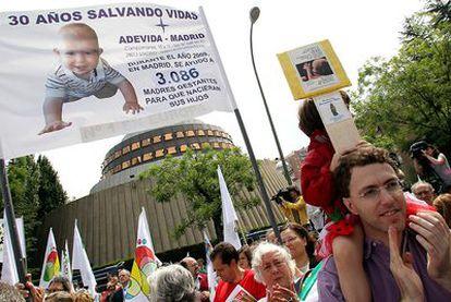 Cientos de personas, convocadas por grupos antiabortistas, protestaron el sábado contra la nueva ley ante el Tribunal Constitucional.