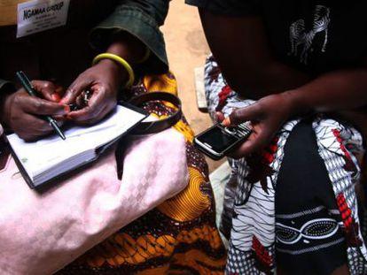 Campesinos tanzanos interactúan con el móvil en un programa de radio agrícola que les aporta datos sobre las cosechas.