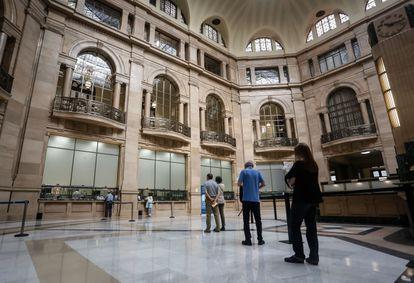 Fila para cambiar pesetas a euros en el Banco de España (Madrid), este viernes.