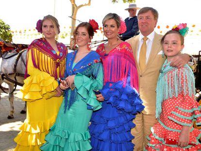 Los reyes Guillermo y Máxima de Holanda con sus tres hijas este jueves en la Feria de Sevilla.
