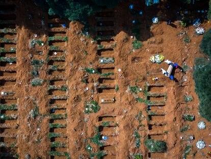 Un entierro el pasado jueves en las nuevas fosas abiertas por la pandemia en el cementerio de Vila Formosa, en São Paulo, el mayor de América Latina.