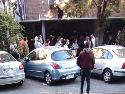 Concentración vecinal ante la vivienda de Araceli para parar su desahucio.