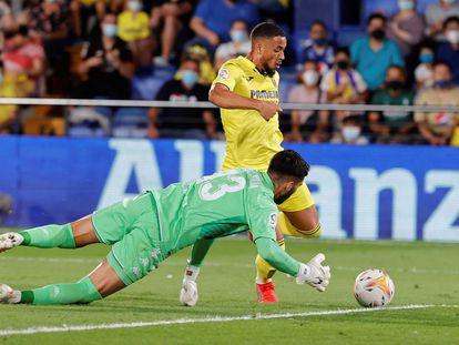 Danjuma supera al portero del Betis, Rui Silva, para marcar su segundo gol.