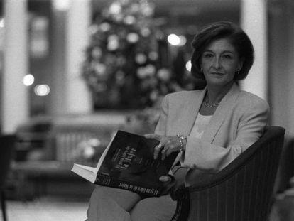 La ginecóloga Elena Arnedo posa con 'El gran libro de la mujer', que ella dirigió. La foto es de 1997.
