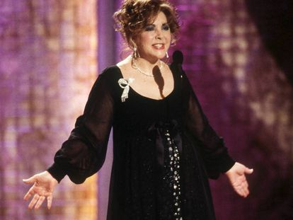 Elizabeth Taylor durante su aparición en los Globos de Oro de 2001, cuando estuvo a punto de arruinar uno de los grandes momentos de la noche.