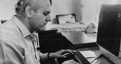 Manuel Calvo, en la redacción de Ya (del que fue subdirector), en 1984.