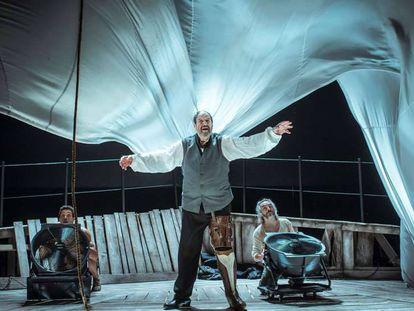 De izquierda a derecha, Oscar Kapoya, Josep Maria Pou y Jacob Torres, en una escena de Moby Dick.