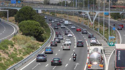 Vehículos en la carretera de A Coruña, durante la Operación Salida del pasado 15 de agosto.