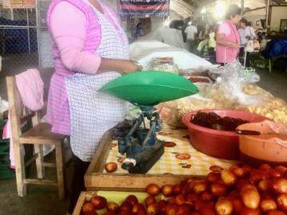 Puesto de comida en el tianguis de Xixitl, en San Pedro de Cholula.