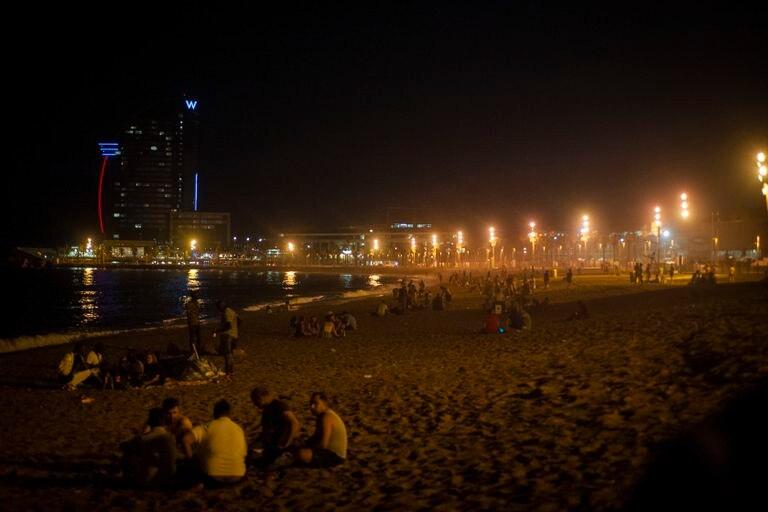 Jóvenes de botellón en la playa de la Barceloneta, el viernes por la noche.
