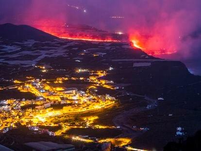 Delta formado por la lava saliendo al mar el pasado miércoles en la costa de Tazacorte, en La Palma.