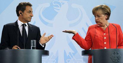El presidente francés, Nicolas Sarkozy, y la canciller alemana, Angela Merkel, en la rueda de prensa posterior a su encuentro.