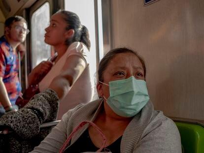 Patricia Juárez en el Metro de Ciudad de México de camino a Ecatepec.