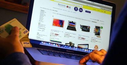 Un usuario compra por internet con sus tarjetas de crédito.