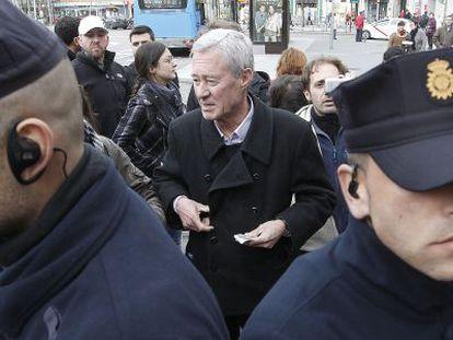 Verstrynge, ex secretario general de Alianza Popular, se identifica ante la policía durante el escrache a Sáenz de Santamaría, el pasado viernes.