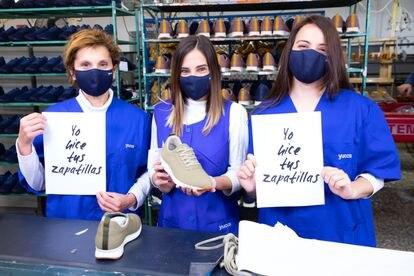 Tres operarias en la fábrica de Elche (Alicante). La marca apuesta por fomentar el empleo de la mujer en la comarca, de gran tradición zapatera.