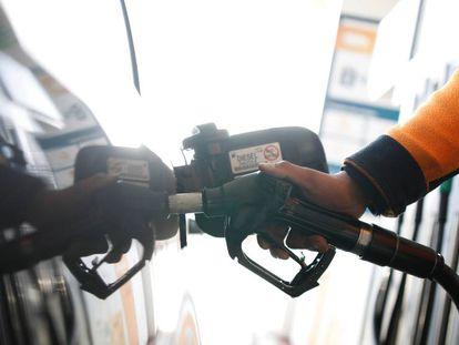 Un empleado echa diésel en un automóvil en una gasolinera en la carretera de Extremadura.