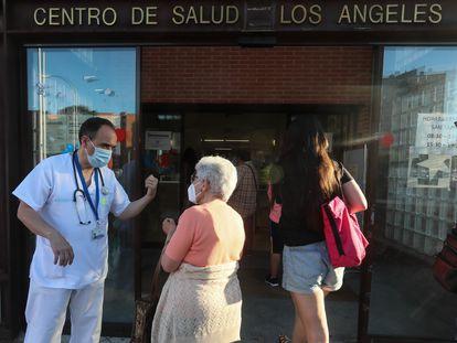 Javier Amador, médico de familia, atiende a los vecinos este miércoles en el centro de salud Los Ángeles de Villaverde (Madrid).