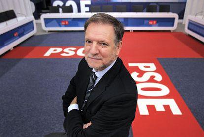 El <i>número tres </i>del PSOE, Marcelino Iglesias, en la sede del partido.