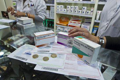 Una farmacia dispensa medicamentos