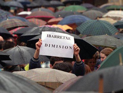 Concentración en Vitoria en protesta por el atentado de ETA con coche bomba que costó la vida al socialista Fernando Buesa.