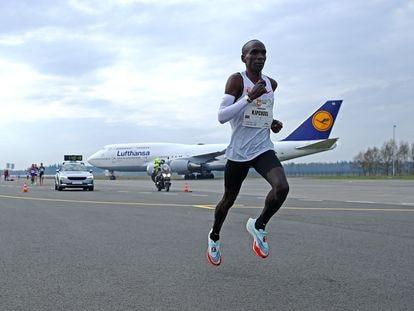 Kipchoge durante el maratón de Enschede, a su paso por el aeropuerto, el pasado abril.