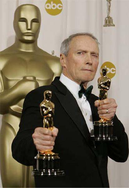 Clint Eastwood posa con los <i>oscars</i> al mejor director y a la mejor película por <i>Million dollar baby.