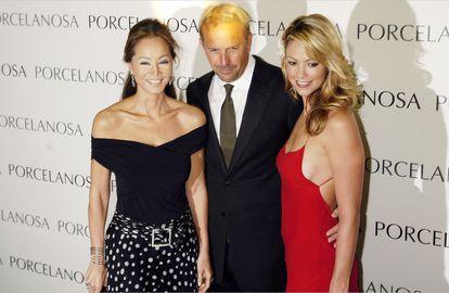 Isabel Preysler, junto a Kevin Costner y su esposa, Christine Baumgartner, en mayo de 2005 en Madrid.