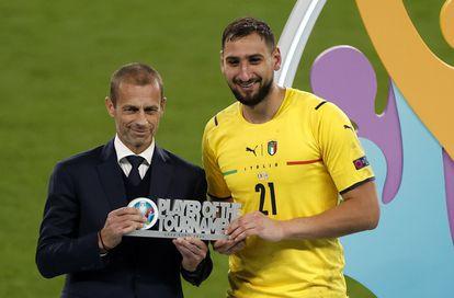 Ceferin, presidente de la UEFA, entrega el premio a mejor jugador de la Eurocopa a Donnarumma.
