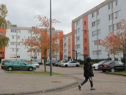 Un peatón en el barrio de La Madeleine en la ciudad de Évreux, donde vivía Abdoullakh Anzorov.