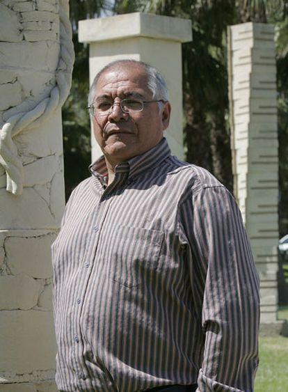El juez César San Martín, en el campus de la Universidad de Alicante, donde colabora en la Facultad de Derecho, el  25 de mayo de 2010.