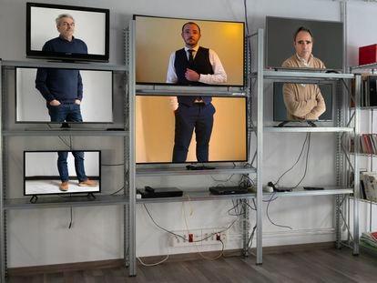 Los fundadores de Filmin,  vistos en pantallas de su sede. De izquierda a derecha: Juan Carlos Tous, director ejecutivo; Jaume Ripoll, responsable editorial, y José Antonio de Luna, encargado de desarrollo del negocio.