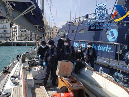 Imagen de los agentes de policía tras abordar el barco.