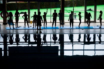 Entrenamiento de los equipos de base en la piscina del Club Natació Sabadell. / JUAN BARBOSA